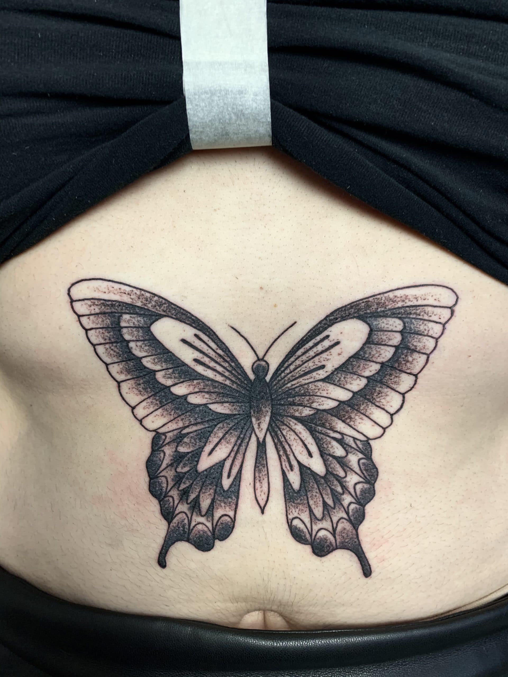 tatouage de papillon en noir et blanc